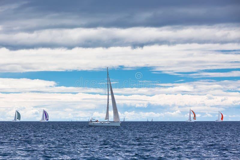 Download Navegue La Regata En El Mar Adriático En Tiempo Ventoso Foto de archivo - Imagen de regatta, nubes: 41901886