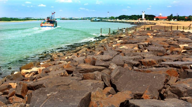 Navegue o barco na praia karaikal com maneira de pedra e a casa clara fotos de stock royalty free