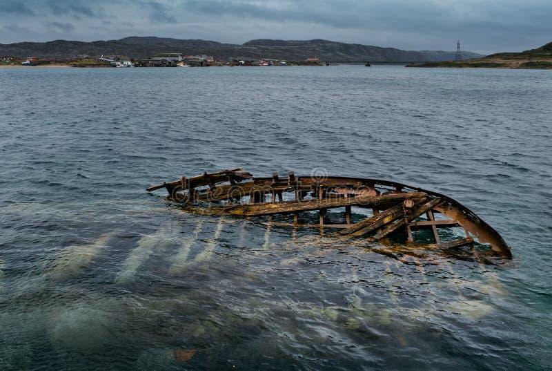 Naves abandonadas cerca de Teriberka Rusia imagen de archivo