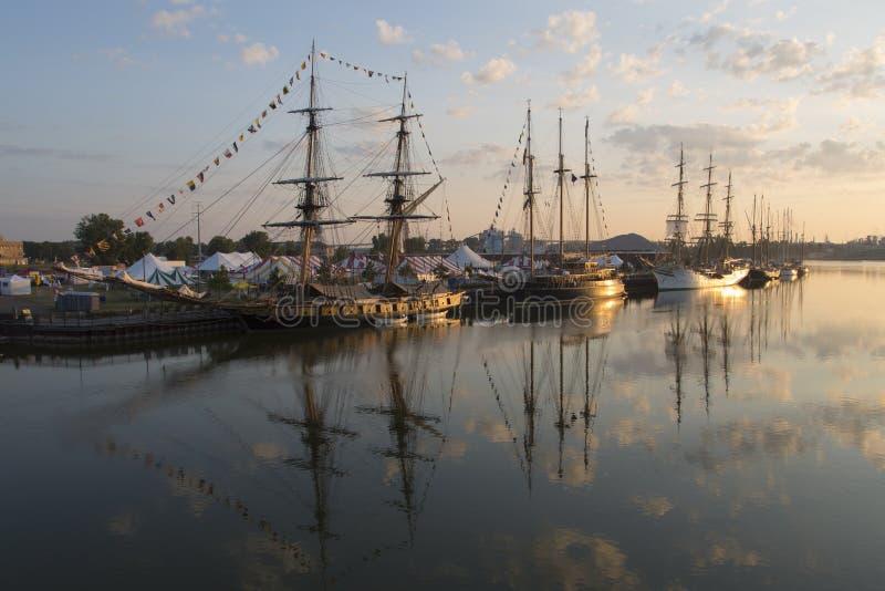 Naves altas en el río del Fox imagen de archivo libre de regalías