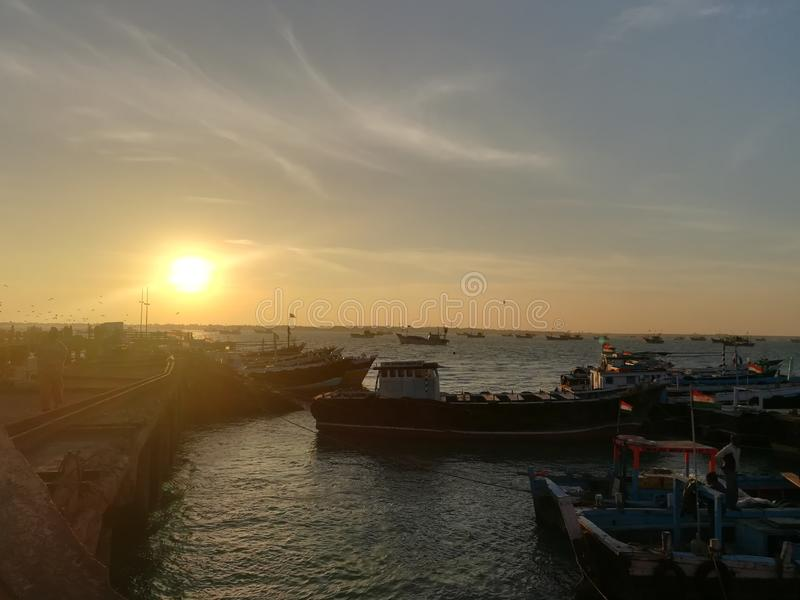 Naves cerca del puerto en la madrugada fotografía de archivo libre de regalías