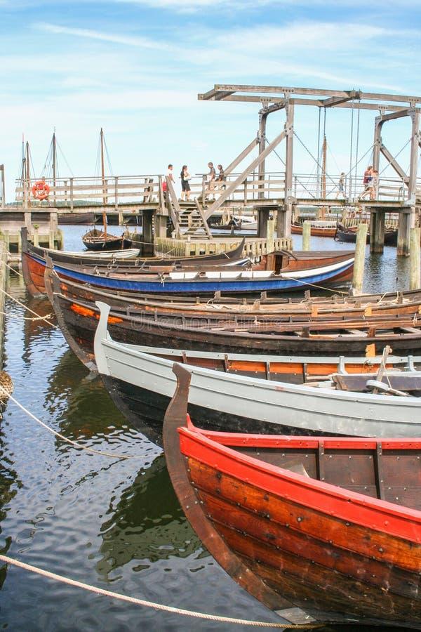 Naves de Viking en el fjiord de Roskilde fotos de archivo
