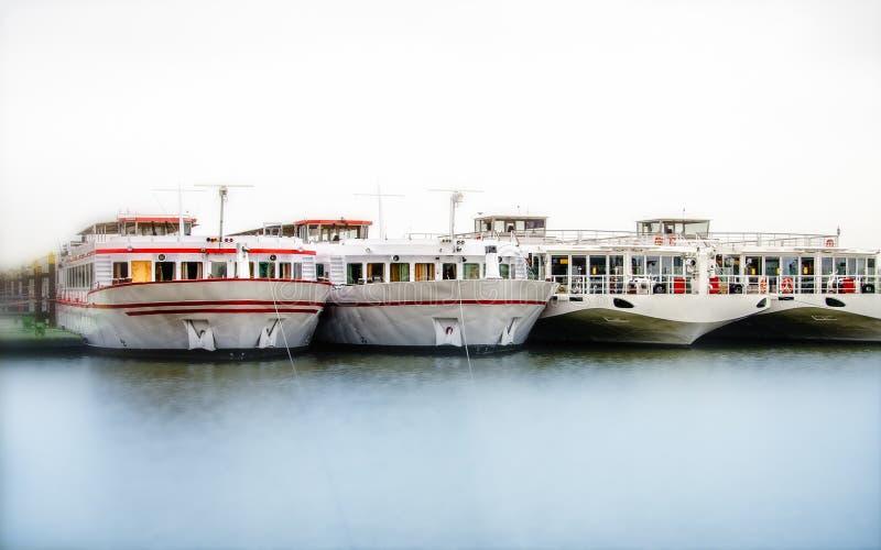 Naves del río amarradas foto de archivo