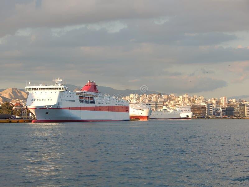 Naves en el puerto de Pireo, Atenas, Grecia foto de archivo libre de regalías