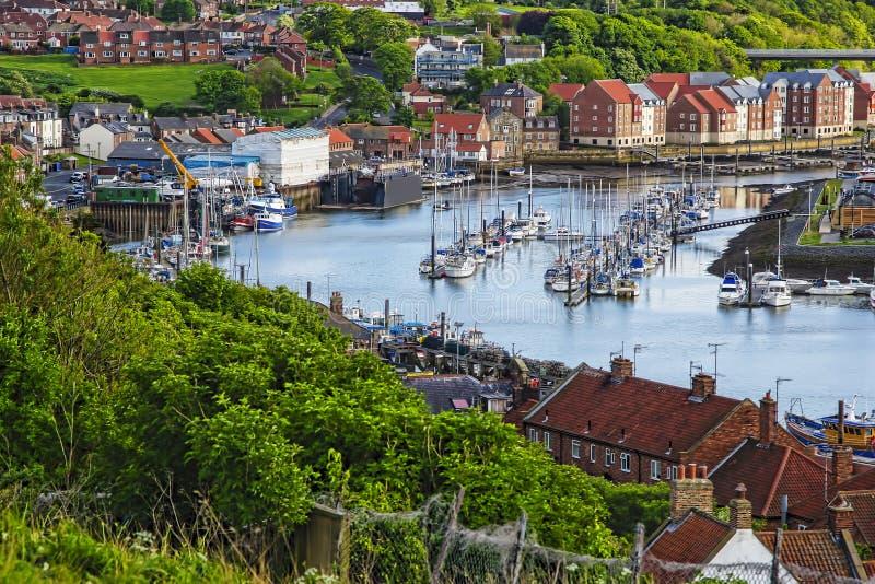 Naves en la línea costera de Whitby en North Yorkshire en Inglaterra fotos de archivo libres de regalías