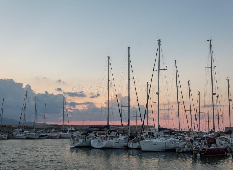 Naves portuarias viejas del astillero de Heraklion en la puesta del sol fotos de archivo libres de regalías