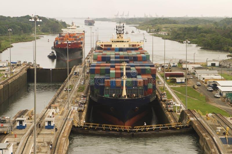 Naves que entran en el Canal de Panamá imagen de archivo libre de regalías