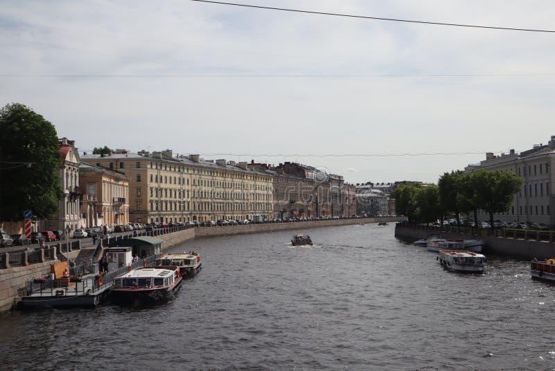 Naves turísticas en el río en la ciudad Travesía en una nave en el verano St Petersburg, Rusia Barcos de la travesía del río Visi fotografía de archivo