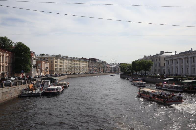 Naves turísticas en el río en la ciudad Travesía en una nave en el verano St Petersburg, Rusia Barcos de la travesía del río Visi fotografía de archivo libre de regalías