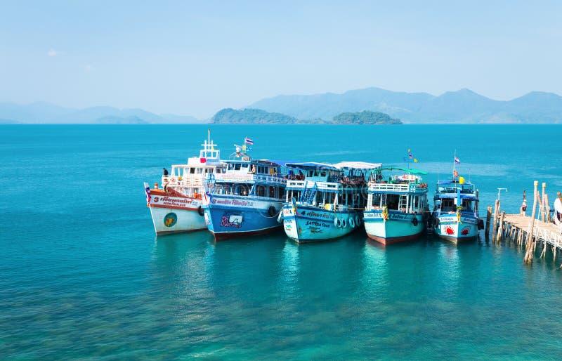 Naves turísticas Los barcos divertidos coloridos se colocan en puerto imagen de archivo