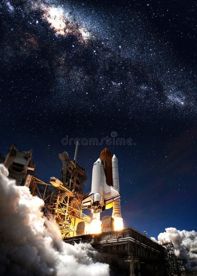 Navette spatiale décollant sur une mission photographie stock libre de droits