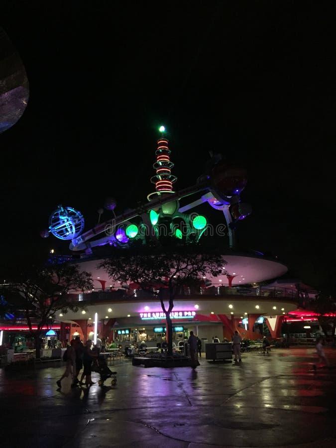 Navette spatiale d'Astro la nuit dans Disney World, Orlando, la Floride image libre de droits