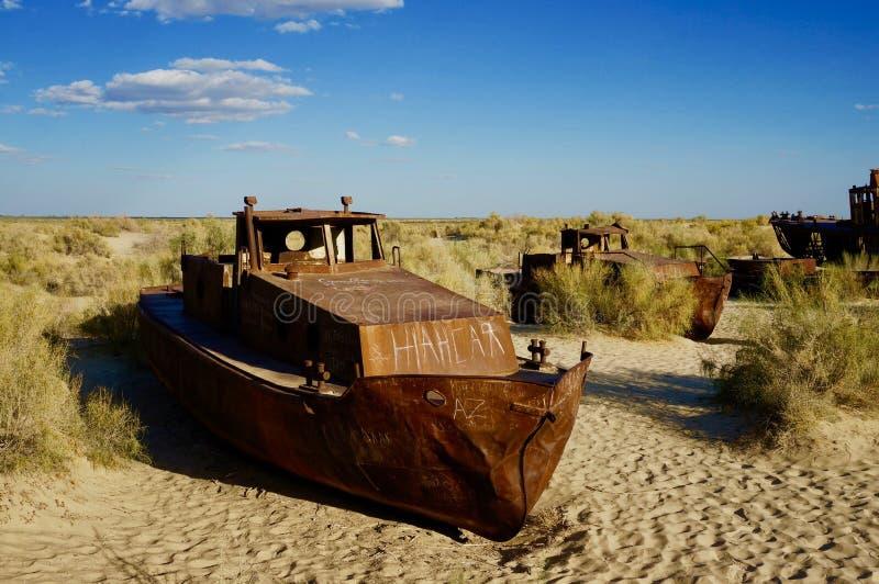 Navi abbandonate nel mare di Aral fotografia stock libera da diritti