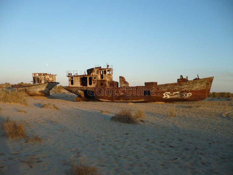 Navi arrugginite sul fondo del mare di Aral fotografia stock libera da diritti