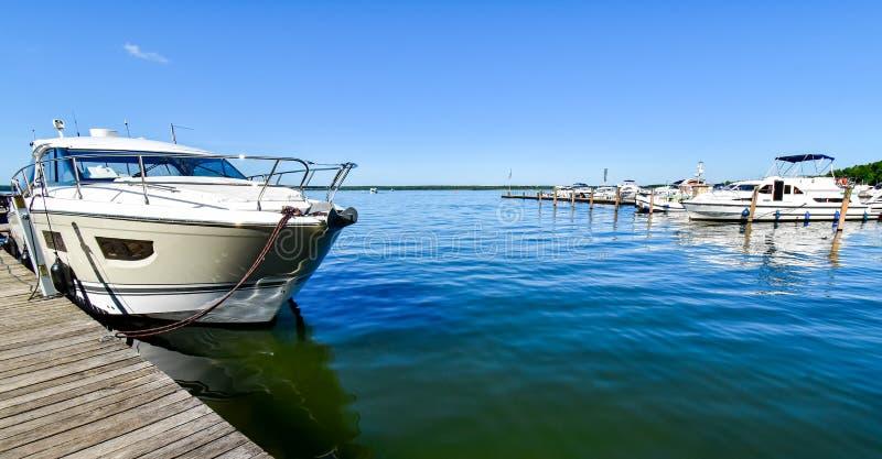 Navi attraccate al molo del lago Fleesen fotografie stock