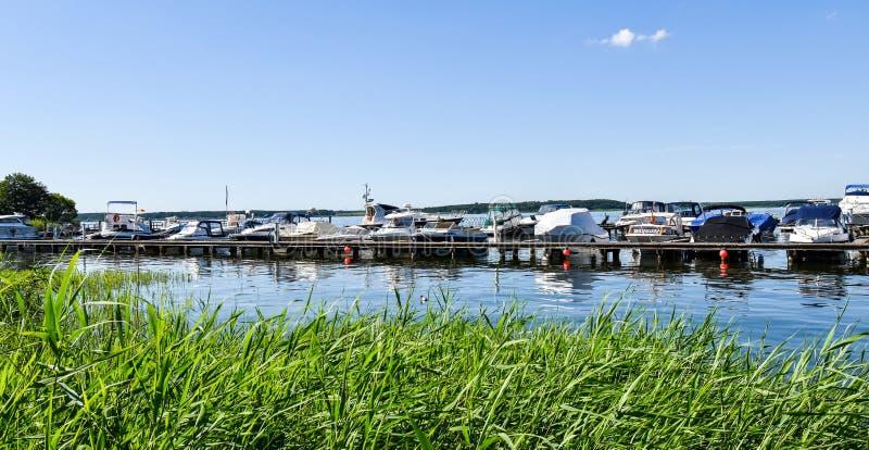 Navi attraccate al molo del lago Fleesen fotografia stock