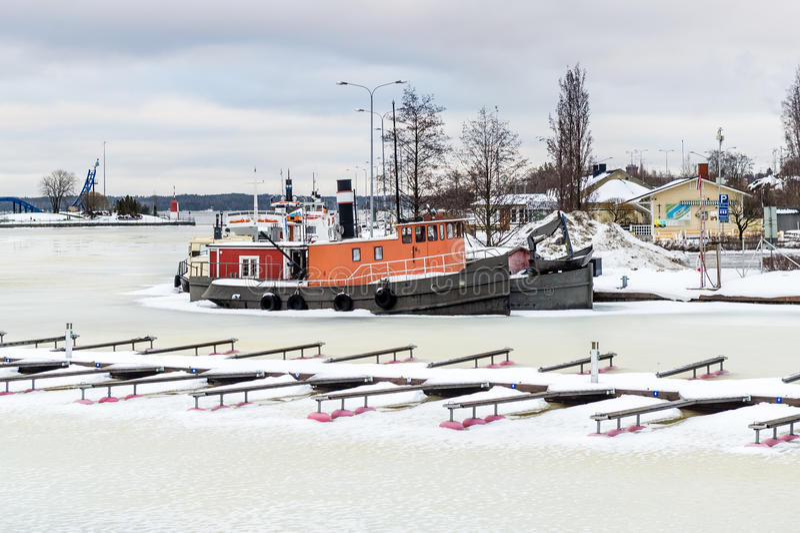 Navi congelate nel fiume Helsinki, Finlandia immagine stock