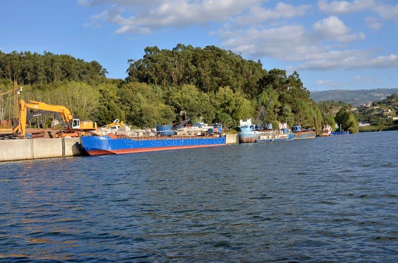 Navi da carico in fiume il Duero immagini stock libere da diritti