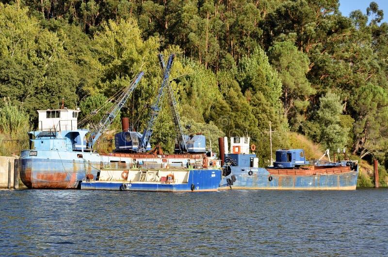 Navi da carico in fiume il Duero fotografia stock libera da diritti