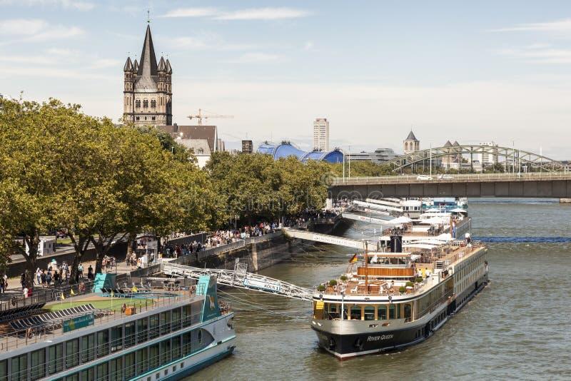 Navi da crociera al Reno in Colonia, Germania fotografie stock