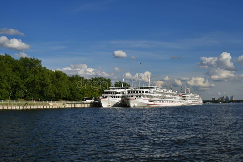 Navi da crociera nel fiume di Mosca fotografia stock