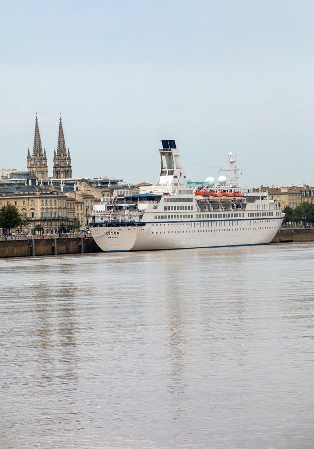 Navi da crociera nel porto del fiume della Garonna Bordeaux, Gironda Aquitaine France Europe fotografia stock libera da diritti