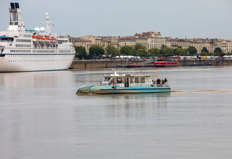 Navi da crociera nel porto del fiume della Garonna Bordeaux, Gironda Aquitaine France Europe fotografie stock libere da diritti