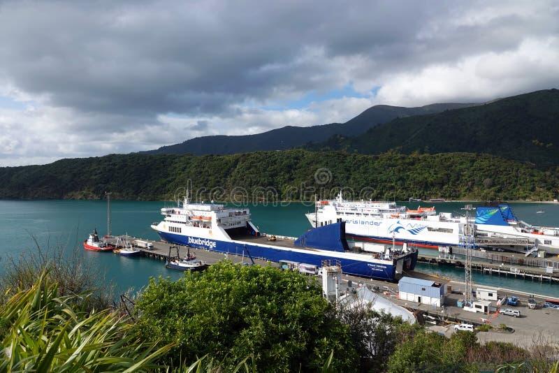 Navi del traghetto nel porto di Picton in miagolio la Zelanda immagini stock