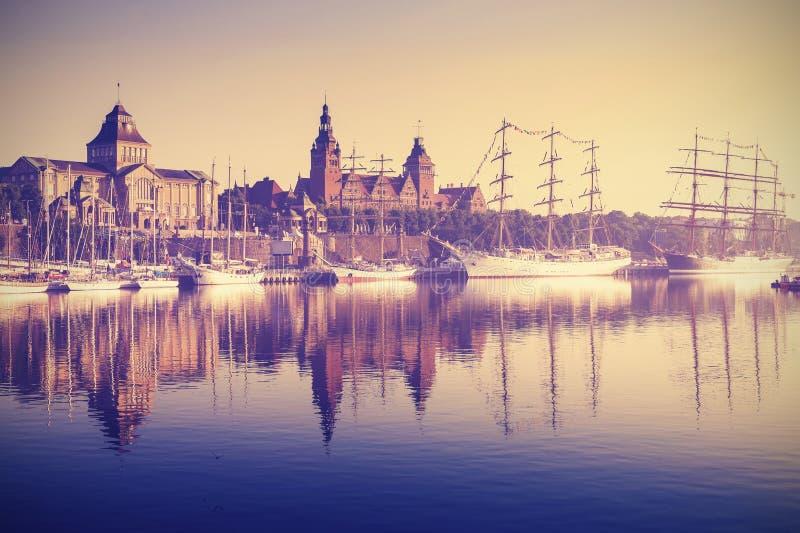 Download Navi Di Navigazione D'annata Di Stile Ad Alba In Szczecin Fotografia Stock - Immagine di marina, bacino: 55351908