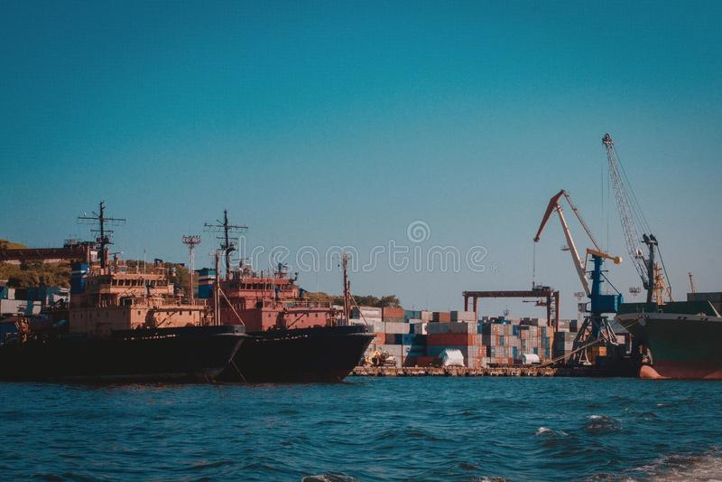 Navi nel porto del carico fotografia stock libera da diritti
