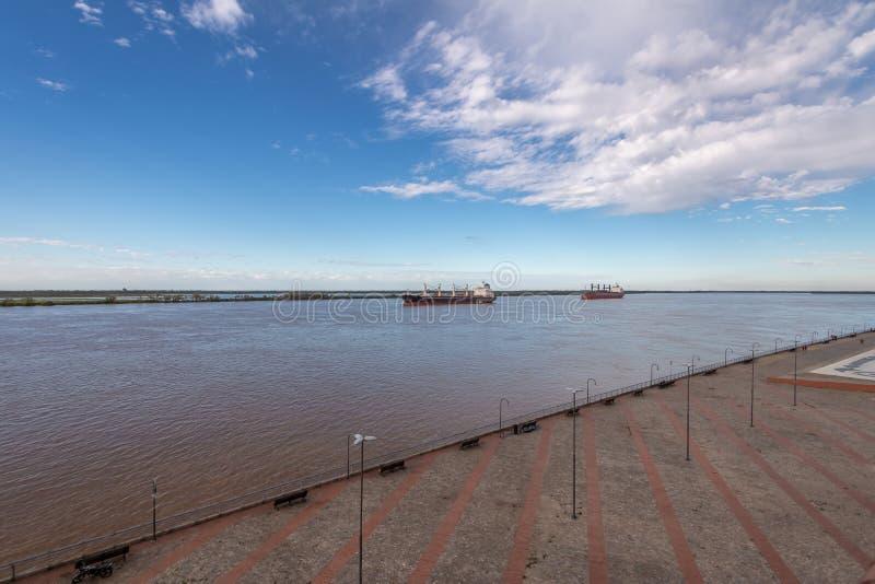 Navi nella vista panoramica del fiume Parana - Rosario, Santa Fe, Argentina fotografia stock