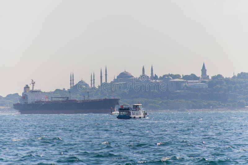 Navi nello stretto del Bosporus immagine stock