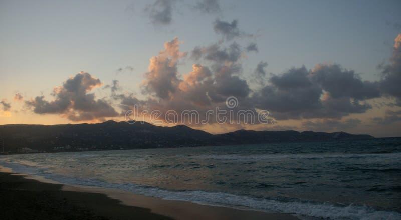 Navi nuvolose che galleggiano sopra il mare fotografia stock libera da diritti