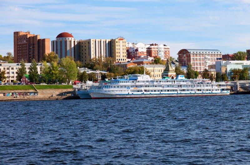 Navi passeggeri di crociera del fiume al attraccate sul fiume Volga in samara, Russia immagine stock libera da diritti