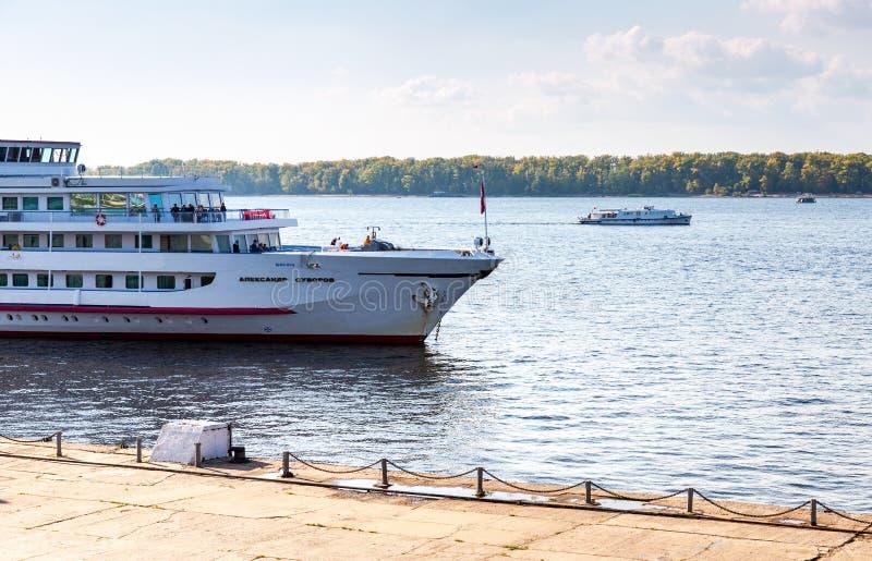 Navi passeggeri di crociera del fiume che navigano sul fiume Volga fotografie stock