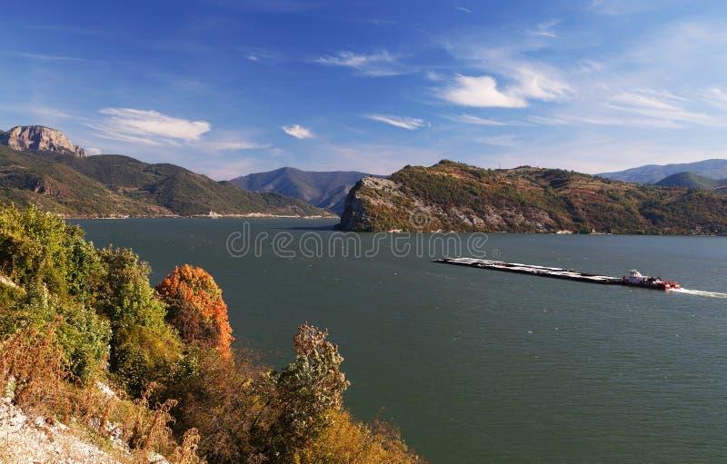 Navi sul Danubio La banca serba del fiume nel fondo immagine stock libera da diritti