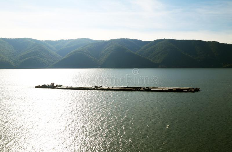 Navi sul Danubio La banca serba del fiume nel fondo fotografie stock