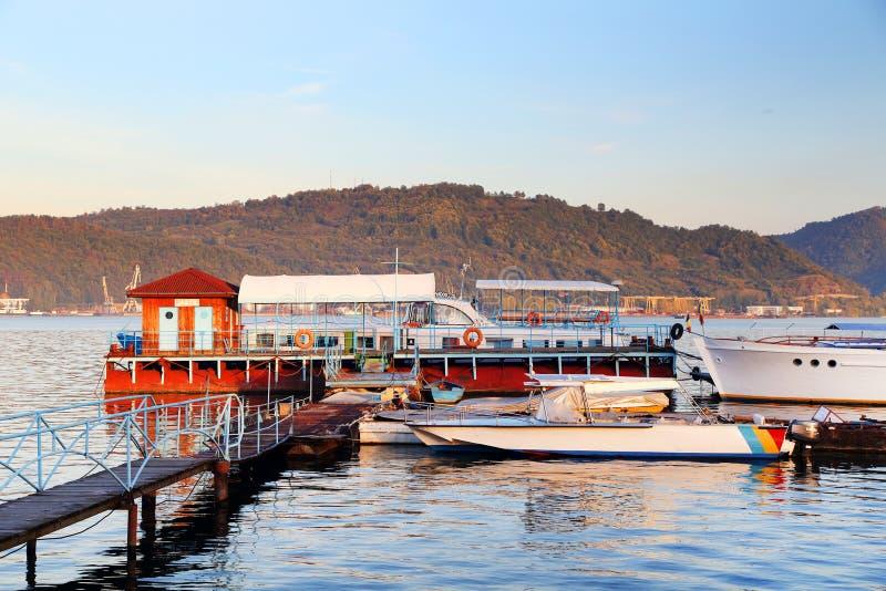 Navi sul Danubio La banca serba del fiume nel fondo fotografia stock libera da diritti