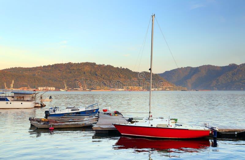 Navi sul Danubio La banca serba del fiume nel fondo immagine stock