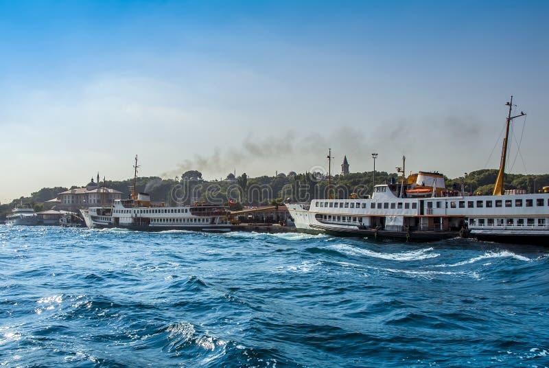 Navi sul porto di Eminonu immagine stock