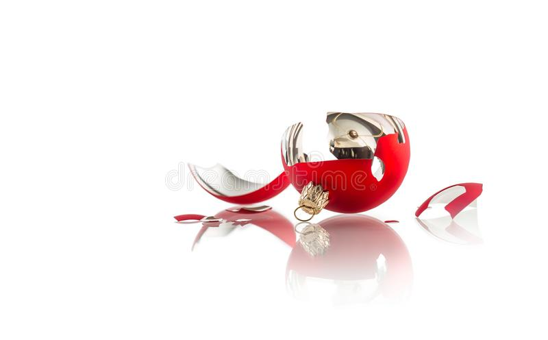 Navidad Bola roja quebrada de la Navidad aislada en blanco imagen de archivo libre de regalías