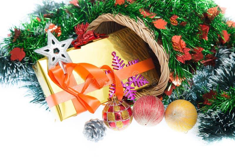 Navidad Caja y decoraciones de regalo de la Navidad aisladas en el fondo blanco imagen de archivo