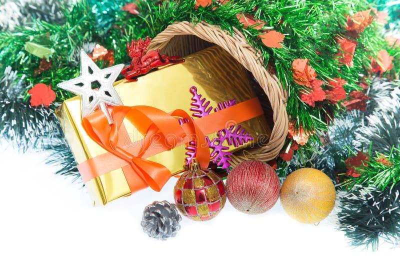 Navidad Caja y decoraciones de regalo de la Navidad aisladas en el fondo blanco imágenes de archivo libres de regalías