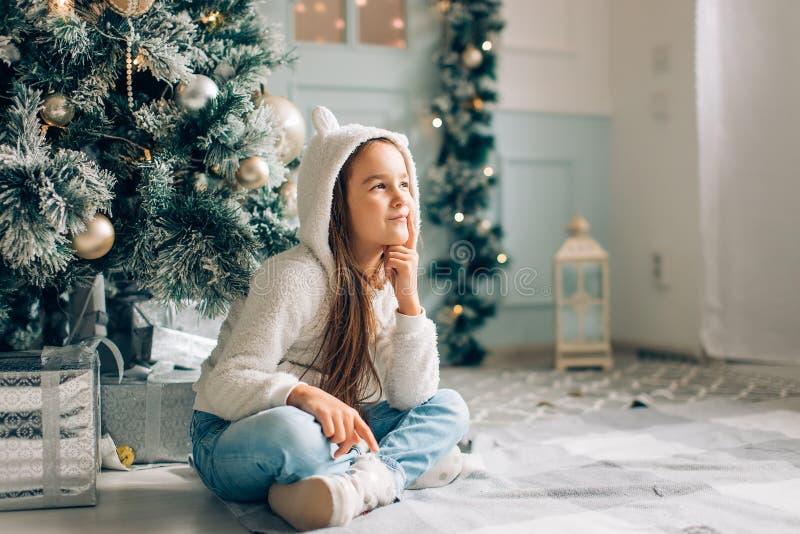 Navidad Pequeña muchacha que pide santa los regalos en la Navidad imagen de archivo