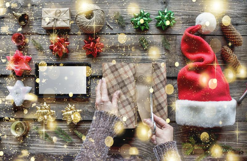 Navidad preparándose, el regalo del Año Nuevo, entrega, ordenando, regalos, en línea celebración, víspera, sorpresa imágenes de archivo libres de regalías