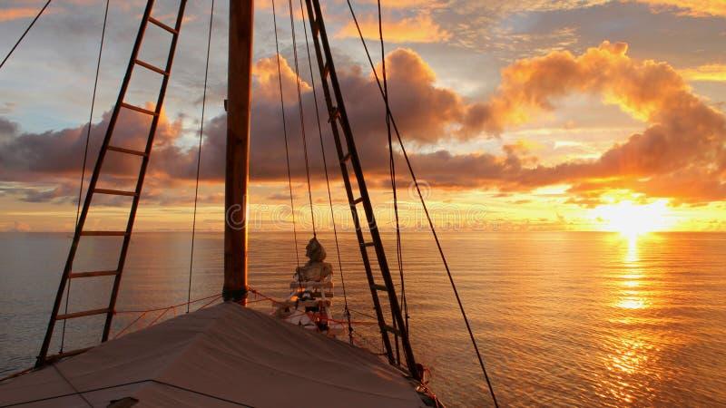Navigação ao por do sol fotografia de stock royalty free