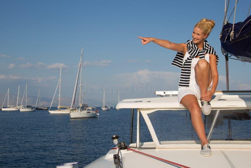 Navigação atrativa da menina em um iate no dia de verão imagens de stock