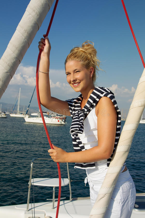 Navigação atrativa da menina em um iate no dia de verão foto de stock royalty free