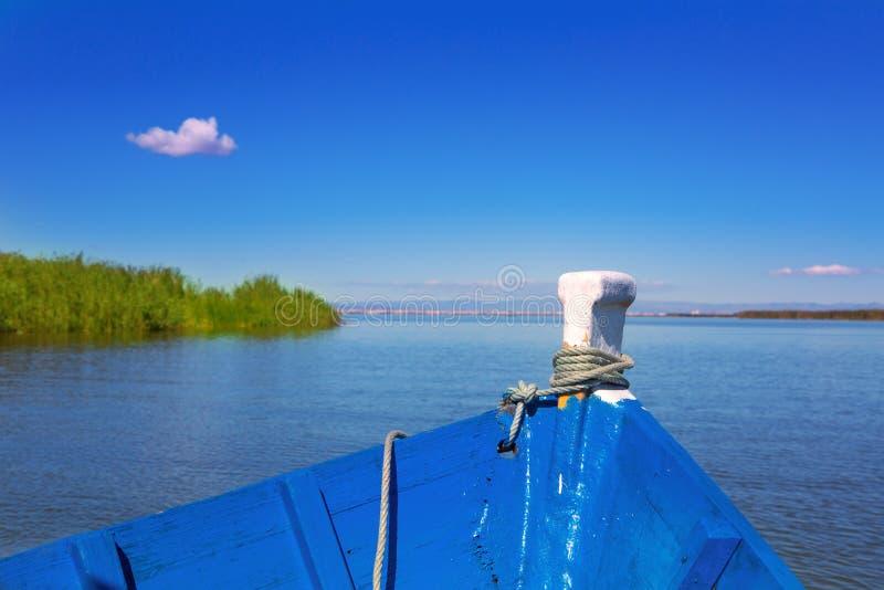 Navigação azul do barco no lago Albufera de Valência imagens de stock
