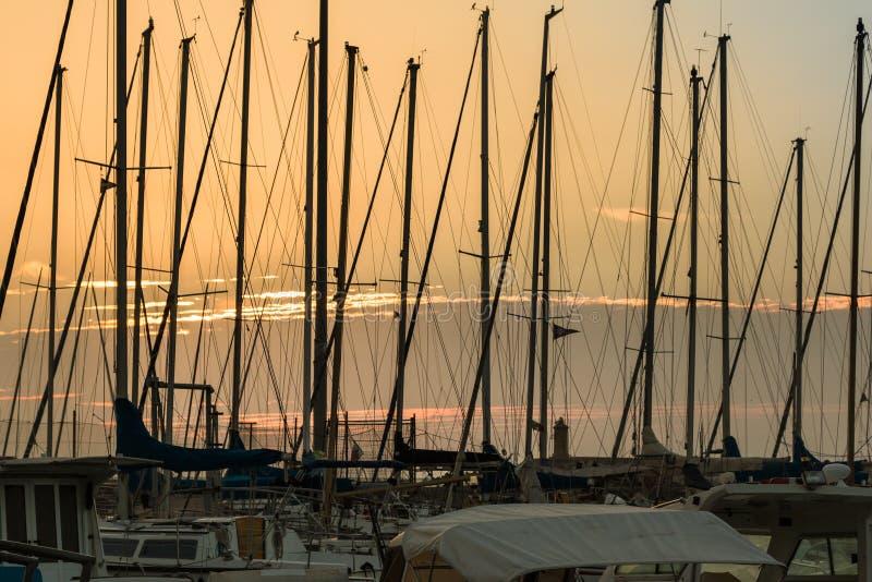 Navigação Boat& x27; mastros de s: Beira-mar da doca imagens de stock royalty free